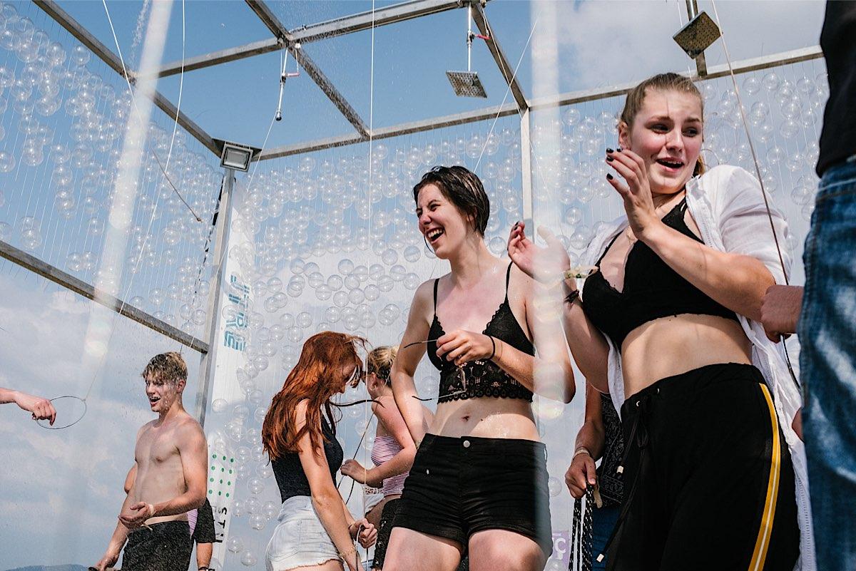 Sprchový pavilón FA STU a JTRE osviežil na horúcom Grape festivale