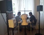 Testovanie v laboratóriu - v slúchadlách testovane osoby počujú hluk z reštaurácie, mikrofón sníma ich konverzáciu a umelá hlava zaznamenáva počutie pri vedľajšom stole