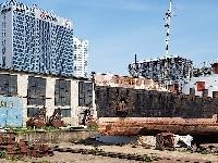 Remorkér Šturec a výstavba okolo prístavu.